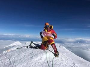 Украинский рушник впервые был поднят над высочайшей вершиной Северной Америки - горой Денали.