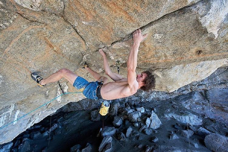 "Адам Ондра (Adam Ondra) на проекте ""Project Hard"" на своде норвежской пещеры в регионе Флатанжер."