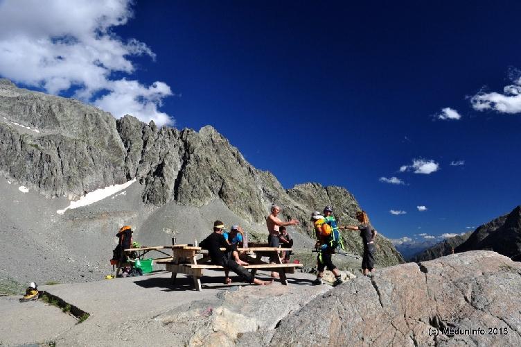 Альпинисты отдыхают возле хижины