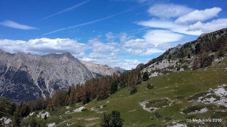 Вид от скал La Saume на окружающие горы