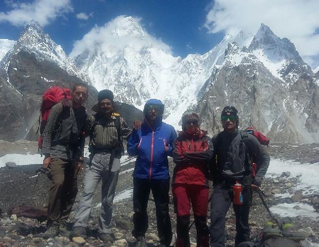 Украинские альпинисты (с командой пакистанских помощников) у восьмитысячника Гашербрум II