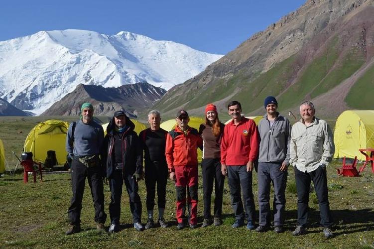 Команда у базового лагеря пика Ленина