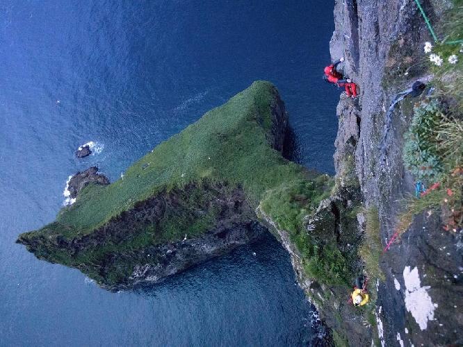 Первое восхождение на вершину мыса Энниберга - 754-метровую морскую скалу, являющуюся самой северной стеной на Фарерских островах.