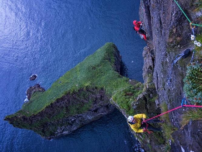 Первое восхождение на вершину мыса Энниберга - 754-метровую морскую скалу, являющуюся самой северной стеной на Фарерских островах