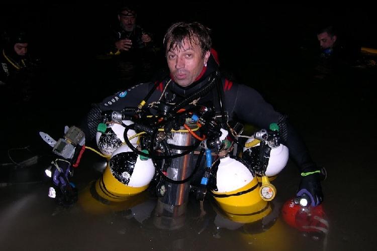 Сиско Грасиа (Xisco Gràcia) держит четыре баллона с воздухом - каждого из них хватает на час работы дайвера под водой