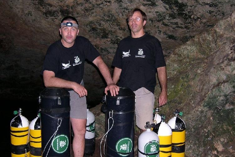 Сиско Грасиа (справа) и спасший его дайвер Бернат Гламор