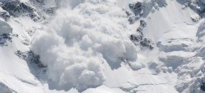 Огромная лавина накрыла альпинистов на пике Ленина