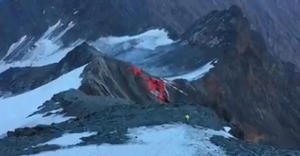 Очевидец снял крушение спасательного вертолета в Альпах