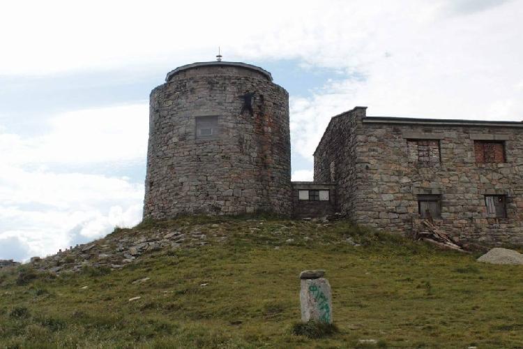 Пострадавший в последствии турист на здании Обсерватории на горе Поп-Иван