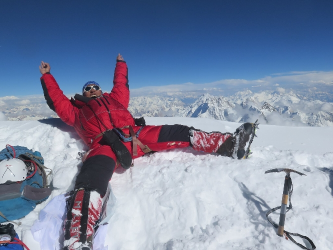 Мингма Галйе Шерпа (Mingma Gyalje Sherpa) на вершине К2