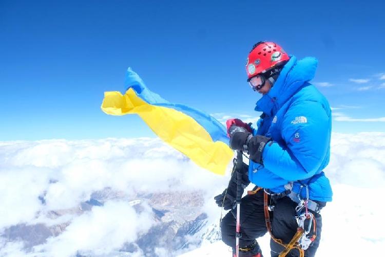 Украинский флаг на вершине восьмитысячника Гашербрум II (Gasherbrum II, 8035 м)