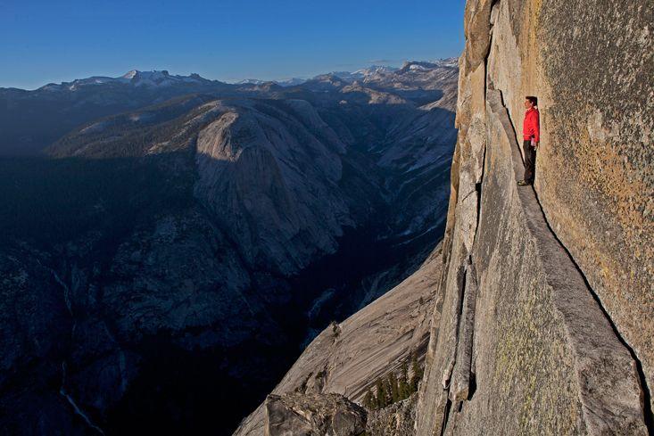 """В 2008 году Хоннольд «просто чтобы похвалиться», прошёл по выступу «Слава богу» во время свободного соло-восхождения на Полукупол в Йосемитском национальном парке. Потом он писал, что «гулять лицом наружу по выступу """"Слава богу"""" неожиданно страшно»."""