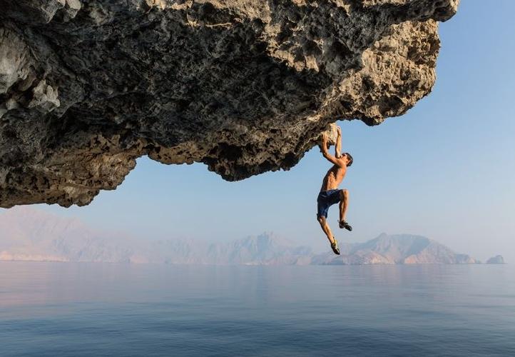 Хоннольд говорит, что начал соло-восхождения, потому что стеснялся предлагать незнакомым альпинистам совместные восхождения. На фото он в Омане на Аравийском полуострове, делает «глубоководные соло-восхождения», в которых маршрут обычно завершается падением в воду внизу.
