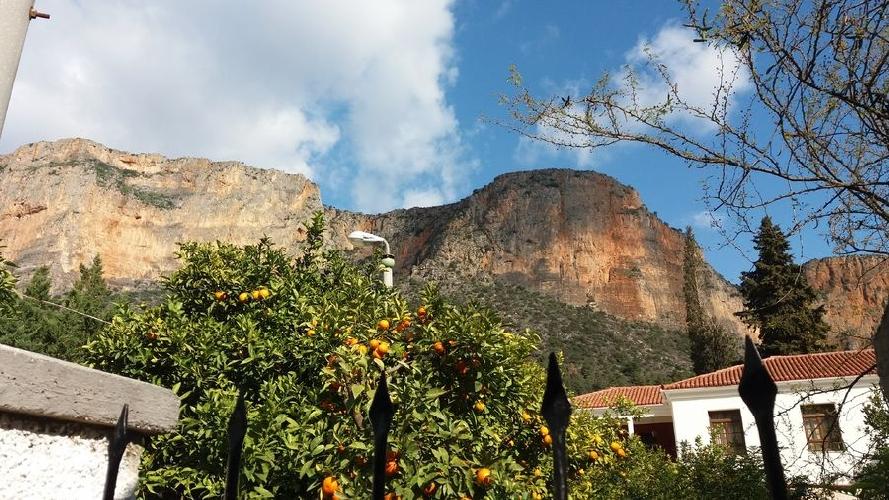 Над городом Леонидио доминирует 200-метровый Коккиноврахос (Красная скала)