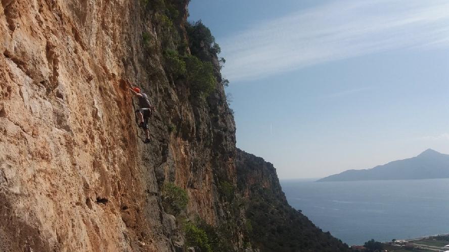 Известняковые скалы вокруг Леонидио в Пелопоннесе на материковой части Греции