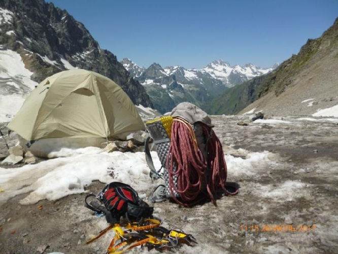 "Вытаял ледник и палатка стала на ""курьих ножках"""