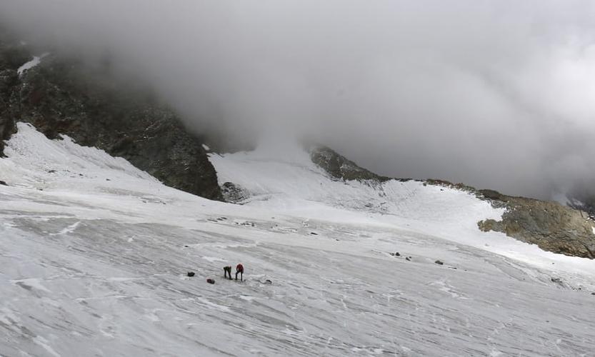 Спасатели расследуют место находки одного из вытаявших из-под ледника тела