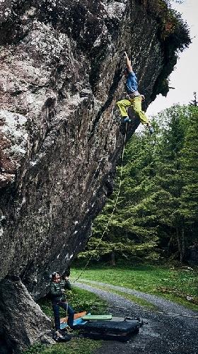Бернд Зангерль (Bernd Zangerl) на маршруте 8с+, после возвращения к скалолазанию
