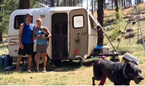 Чак Одетта (Chuck Odette) с женой Мэгги у своего дома - трейлера