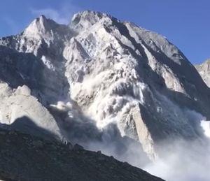 Огромный обвал горного склона произошел в Швейцарии