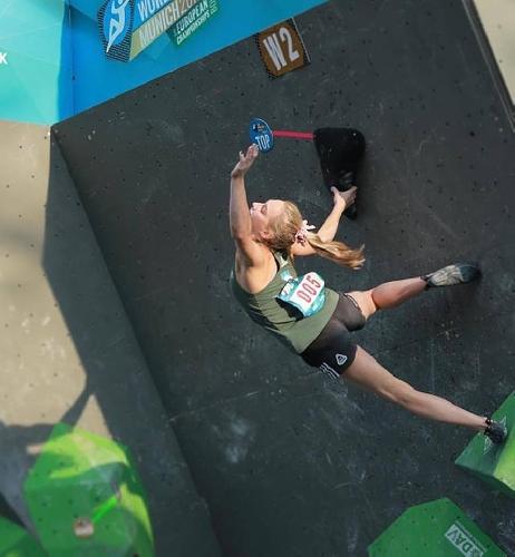 Янья Гарнбрет - победительница этапа Кубка Мира 2017 по боулдерингу в Мюнхене. Фото с ТОПа второй проблемы