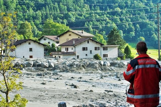 Вот как выглядят последствия массивного оползня в деревне Бондо. Ее жители были эвакуированы и пока не могут вернуться домой, а дорожное сообщение между Stampa и Castasegna прекратилось.