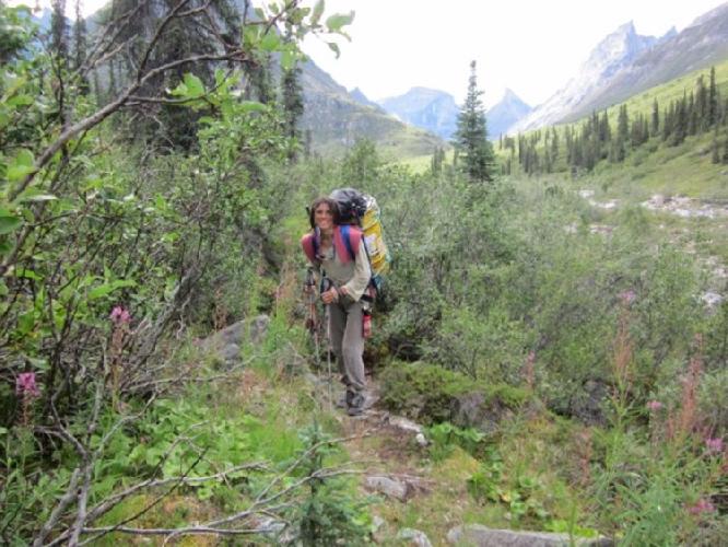 Сильвия Видаль (Sílvia Vidal) на подходе к Западной стене горы Ксанаду (Xanadu, 2182 м)