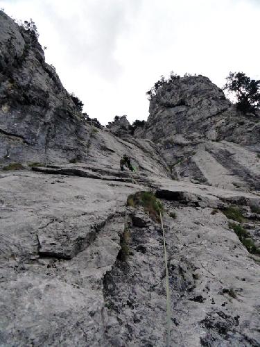 Мультипитч в Восточных Альпах. На простой верёвке (5а для этого маршрута) было всего 2 шлямбура. Ход был не очевиден и я заблудился, долго искал станцию с 20-метровым выходом над последней точкой
