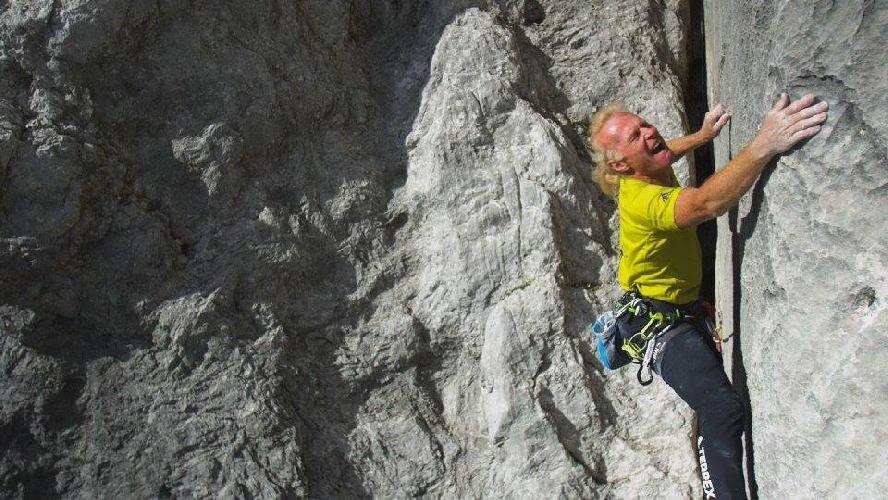"""Бит Камерландер (Beat Kammerlander) на маршруте  """"Kampfzone"""" 8с что проложен на вершину Kleine Turm высотой 2754 метров что расположена в регионе Ратикон."""