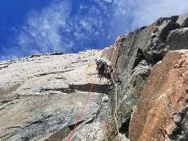 """Американские альпинисты Сэм Ингленд (Sam England) и Райан Литтл (Ryan Little) открыли новый маршрут """"Marooned at Midnight"""" на вершину скалы Umiguqjuaq Wall, в заливе Clyde Inlet, на востоке Баффиновой Земли"""