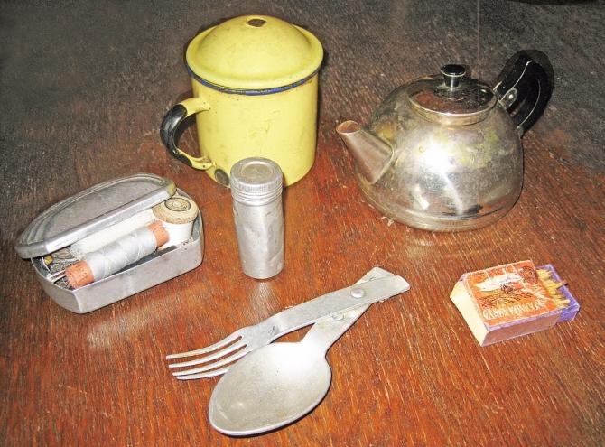 Кружка, чайник, ложка, вилка, спички, швейный набор