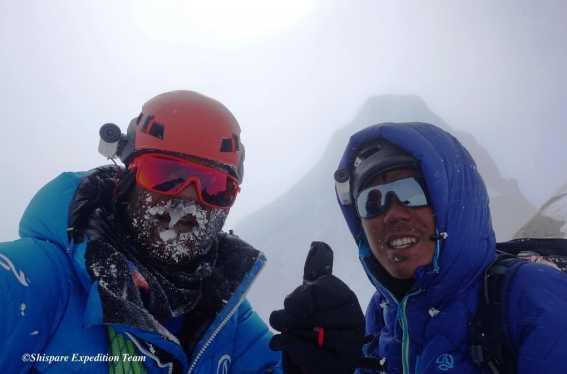 Кацуя Хирайде (Kazuya Hiraide) и Кенро Накаджима (Kenro Nakajima) у вершины Шиспаре (Shispare Peak) высотой 7611 метров.
