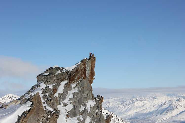 Одна из двух высших точек пика Пророк (Prophet Peak) высотой 2100 метров. Команда так и не смогла определить главную из них, поэтому поднялась на обе