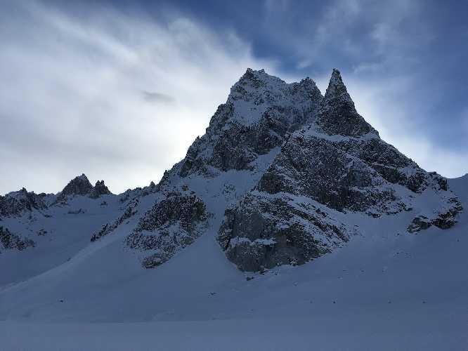 """пик Шарлатан (Charlatan Peak). Маршрут """" Piled Higher and Deeper"""" проходит по гребню слева на фотографии а в предвершинной зоне выходи на Восточный гребень невидимый на этом фото"""