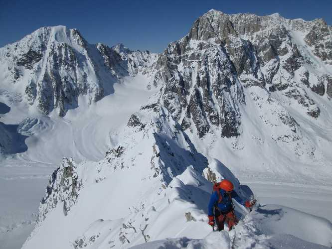 пик Мефисто (Mephisto Peak) слева, пик Обелиск  (Obelisk Peak) справа