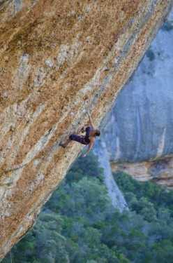 43-летняя бельгийка Мюриэль Саркани устанавливает новый женский рекорд в скалолазании, пройдя сложность 9а