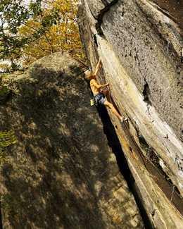 Александр Мегос делает повторение маршрута Jaws II сложности 9а+ на скалах Нью-Гэмпшира