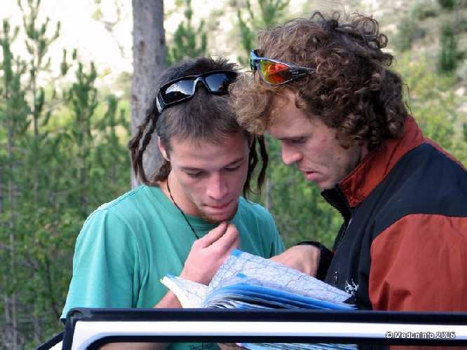 Женя Кривошейцев объясняет новозеландцу Скотту, как проехать в продуктовый супермаркет, 2005 год