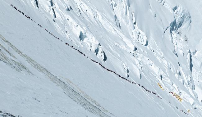 Очередь на Эверест в 2012 году. Фото Ральфа Дужмовица