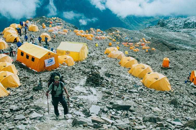Базовый лагерь - огромный оранжевый город на краю ледника, на высоте 5000. Фото Александр Павлов