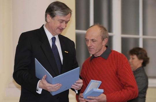 Президент Словении Данило Тюрк вручает Кнезу орден, 2010 год