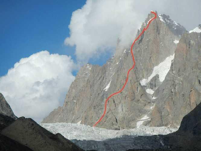 Линия нового маршрута  по центру Юго-Западного столба высотой 6100 метров горы Арджуна (Mount Arjuna) в регионе Киштвар в Индийских Гималаях.