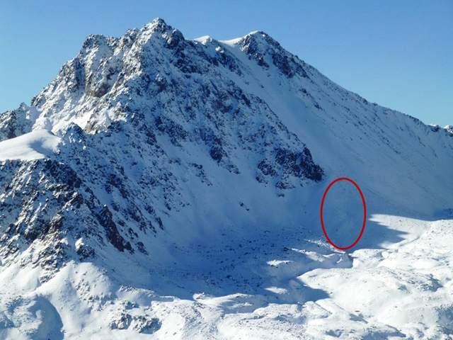 Имп Пик (Imp Peak) высотой 3 414 метров, красным цветом обозначено место трагедии