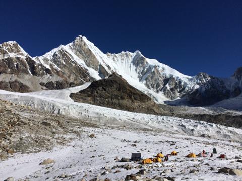 Передовой базовый лагерь и вид на Берк-Канг (Burke-Khang) высотой 6942 метра