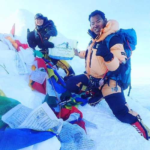 Киоко Ивата (Kyoko Iwata, на фото слева) и Да Денди Шерпа (Da Dendi Sherpa) на вершине восьмитысячника Манаслу
