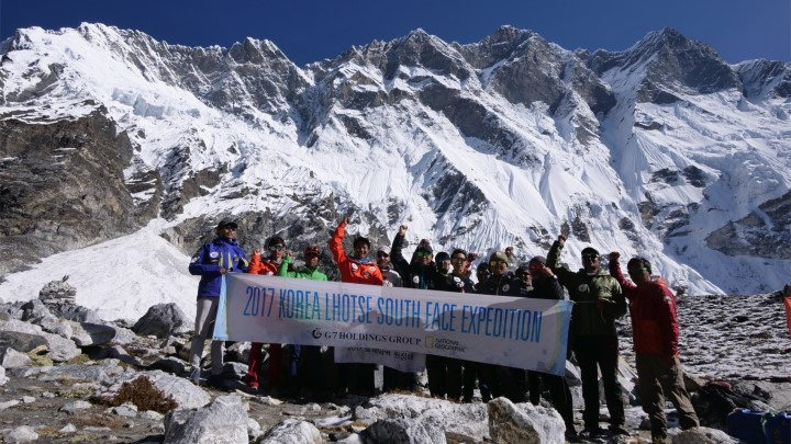 Команда в базовом лагере: слева на право: Mingma Sherpa, Mr. Seong, Doroji Sherpa, Pruba Sherpa, Mr. Egocheaga, Captain Hong, Nada Sherpa, Mr. Pyun, Pemba Sherpa, Mr. Woo, Tenjin Sherpa, Mr Bas, Pruba Sherpa, Pasang Sherpa