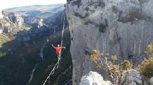 Новый мировой рекорд в хайлайне: 110 метров по стропе на высоте более 200 метров над землей без страховки!
