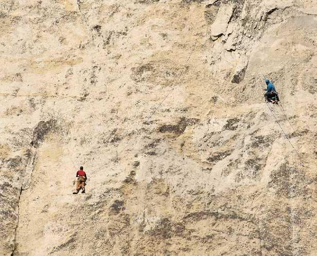 """Роб Миллер (Rob Miller) и Роби Рудольф  (Roby Rudolf)  на маршруте  """"The Direct Line"""" (или """"Platinum Wall"""") . Фото Tom Evans"""