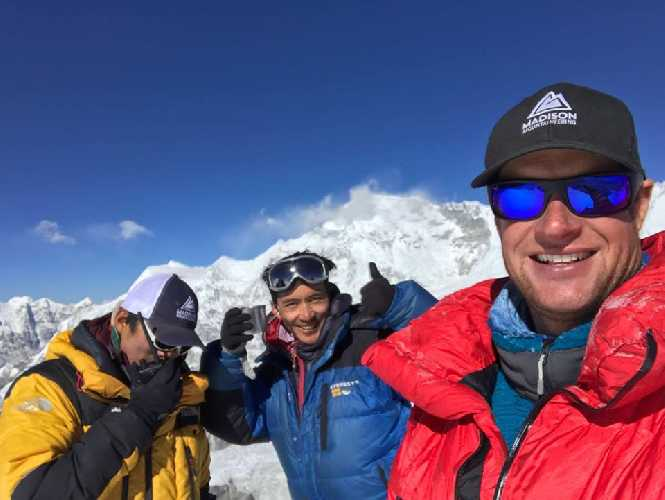 На вершине горы Тарк Кханг (Tharke Khang, 6670 м). Фото madisonmountaineering.com
