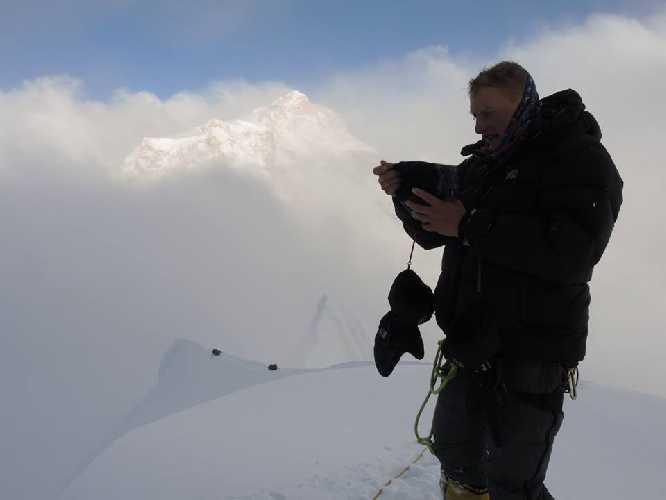 Алексей на вершине, 16.30, на заднем плане Манаслу.